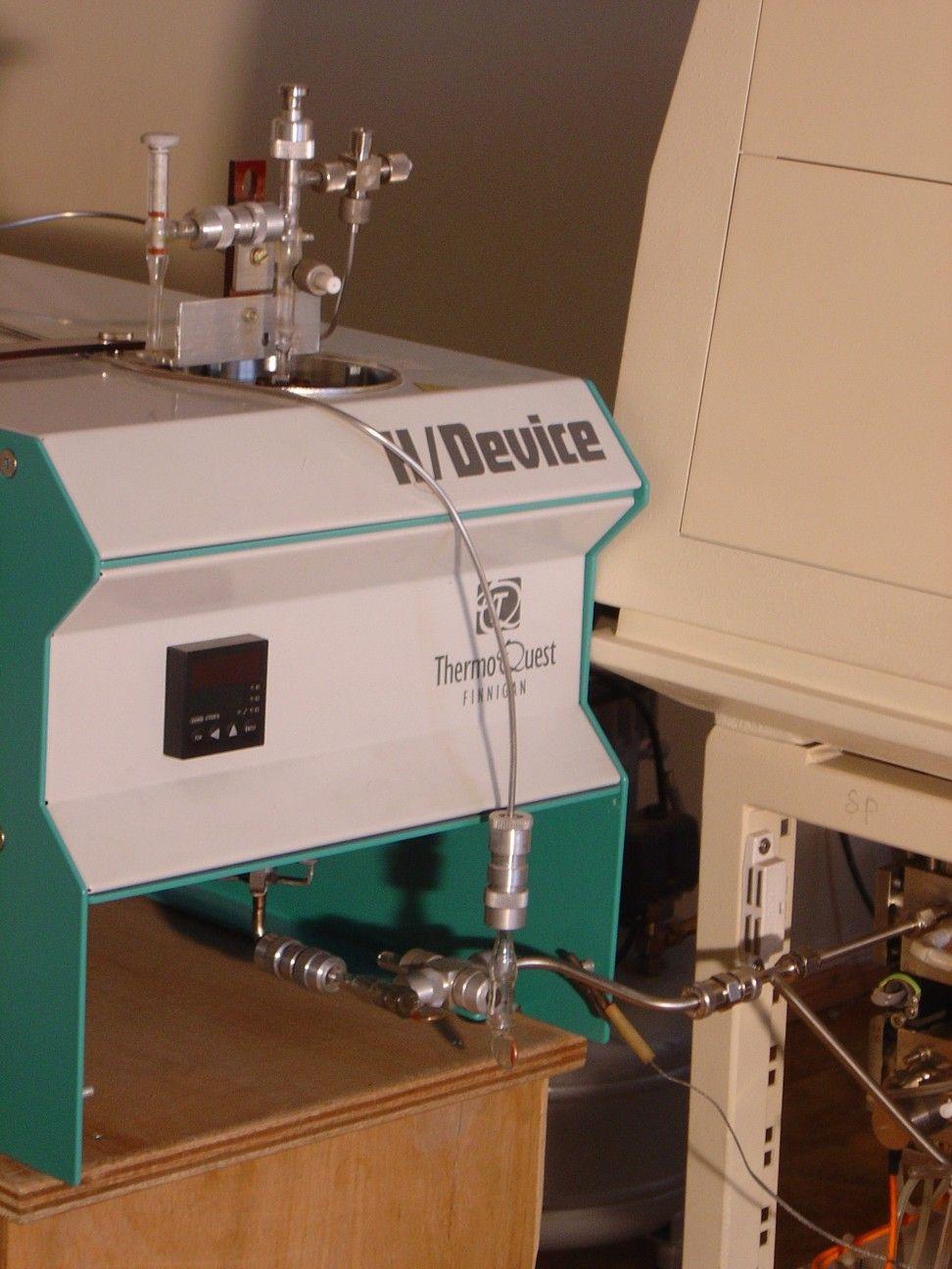 Прибор для разложения воды, выделенной из минералов, на хроме с целью анализа H/D