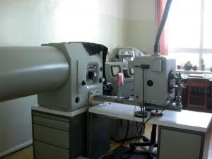 Качественный и полуколичественный анализ проводится на приборах PGS II  испарением пробы в дуге переменного тока.